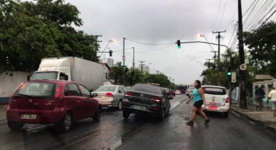 Vídeo: carro fica preso em buraco na Av. Cruz Cabugá, no Recife