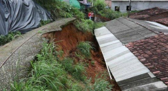 Chuva provoca deslizamento de barreira e casa é atingida na Zona Norte