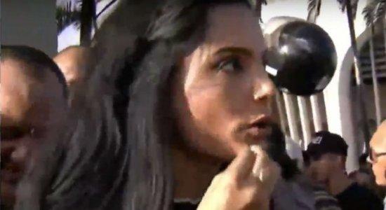 Repórter sofre tentativa de furto ao vivo no velório de Gabriel Diniz