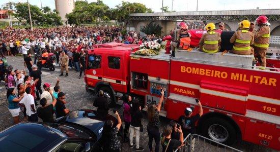 Corpo de Gabriel Diniz seguiu em cortejo no carro do Corpo de Bombeiros