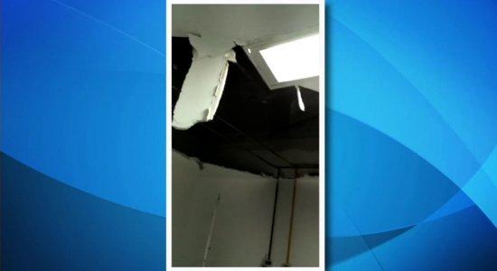 Parte de teto de unidade de saúde desaba e atinge paciente no Recife