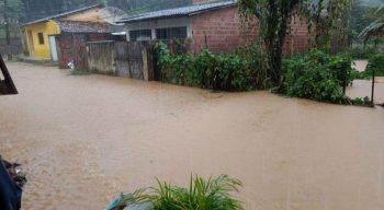 Chuvas alagaram ruas de Barreiros