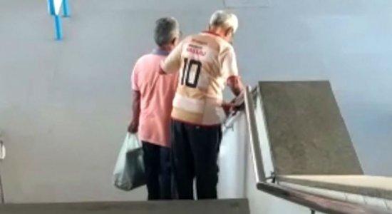 Vídeo: sem elevador, idoso sofre para descer escada em T.I.