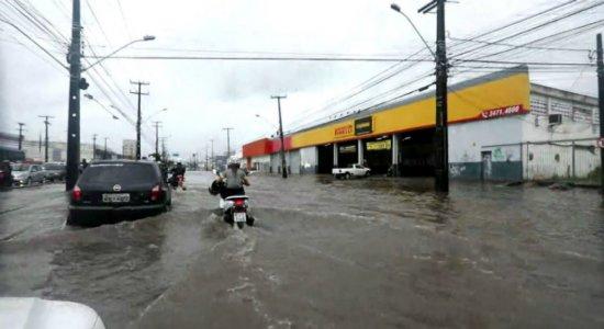 Chuva forte provoca alagamento e complica trânsito na Zona Sul