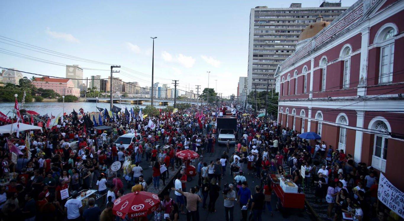 Manifestantes voltam às ruas do país contra cortes na educação