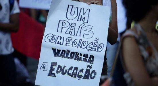 Manifestantes vão às ruas do Recife contra os cortes na educação