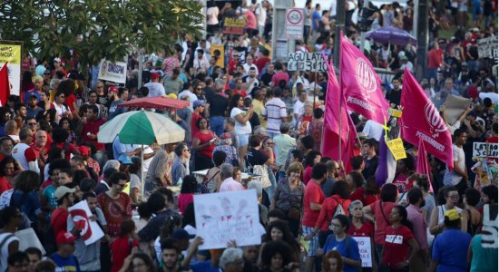 Manifestantes voltam às ruas contra os cortes na educação
