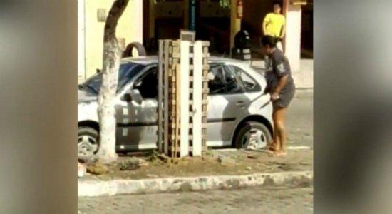 Mulher é filmada quebrando carro de ex-marido no Agreste; veja vídeo