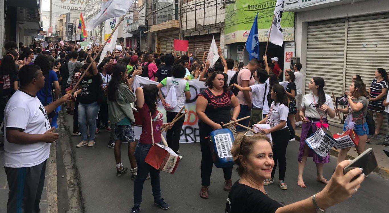Protesto de estudantes e professores é realizado no centro de Caruaru