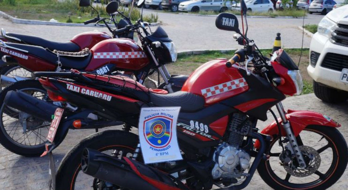 Motocicletas inteiras e partes das motos foram apreendidas com os suspeitos