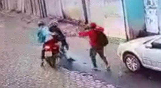 Vídeo: dupla é atacada por vítima de assalto e surpreendida por PMs