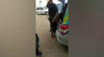 Moradores do local enviaram um vídeo para o Whatsapp da TV Jornal mostrando o momento em que o homem foi detido pela Polícia Militar