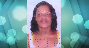 Mulher foi morta a tiros dentro da própria casa