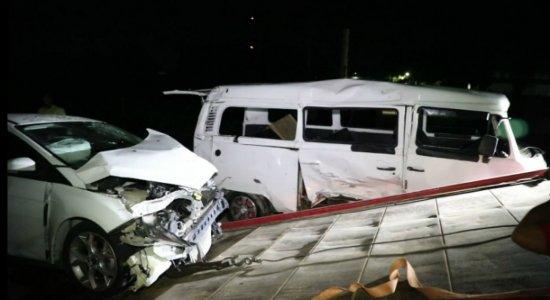 Colisão entre carro e Kombi deixa seis pessoas feridas em Itapissuma
