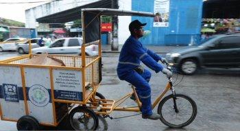 Janailton, integrante do projeto, pedalando sua bicicleta pelas ruas do bairro de Prazeres