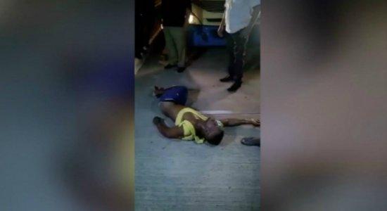 Vídeo: suspeito de assaltar ônibus é agredido por passageiros