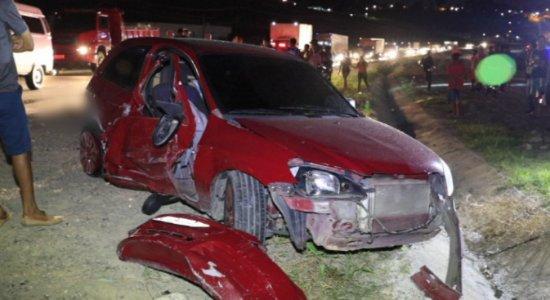 Jovens morrem atropeladas após supostamente pularem de carro na BR-101