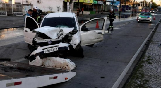 Carro capota e motorista de app é lançado pela janela na Caxangá