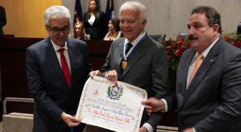 Neurocirurgião Hildo Rocha Cirne posando para foto com a medalha Joaquim Nabuco