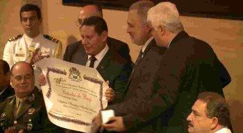 O vice-presidente da república recebeu a medalha e o título de Cidadão Recifense pelo presidente da Câmara Municipal, o vereador Eduardo Marques