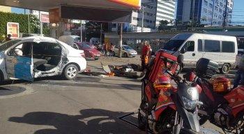 Táxi colidiu com van no bairro da Boa Vista