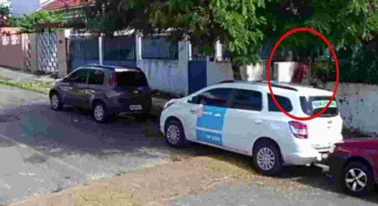 Câmera de segurança filma homem arrombando residências em Casa Amarela