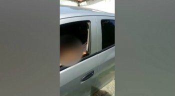 Ao perceber que estava sendo filmado, o homem fecha o vidro e foge com o veículo