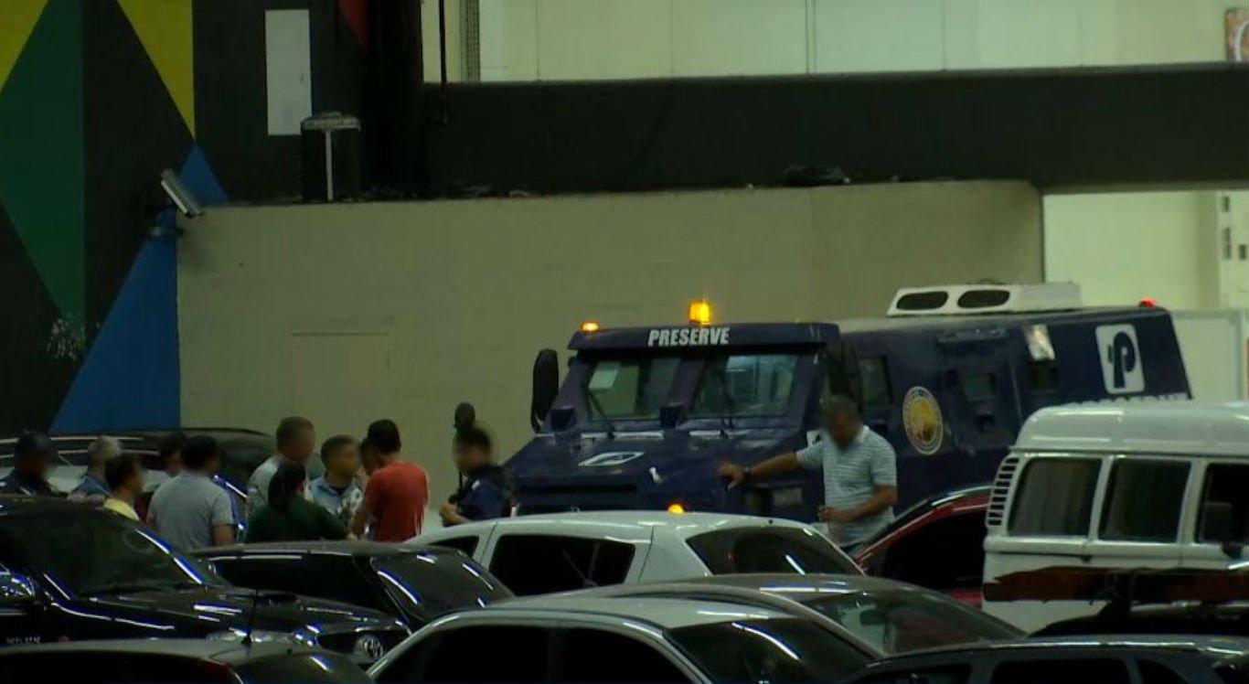 Tentativa de assalto a carro-forte aconteceu dentro de estacionamento de supermercado