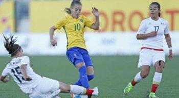 Mulheres relatam histórias de preconceito ao jogarem futebol nas ruas