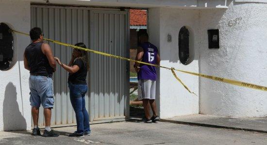 Triplo homicídio: jovem que esteve na casa presta depoimento