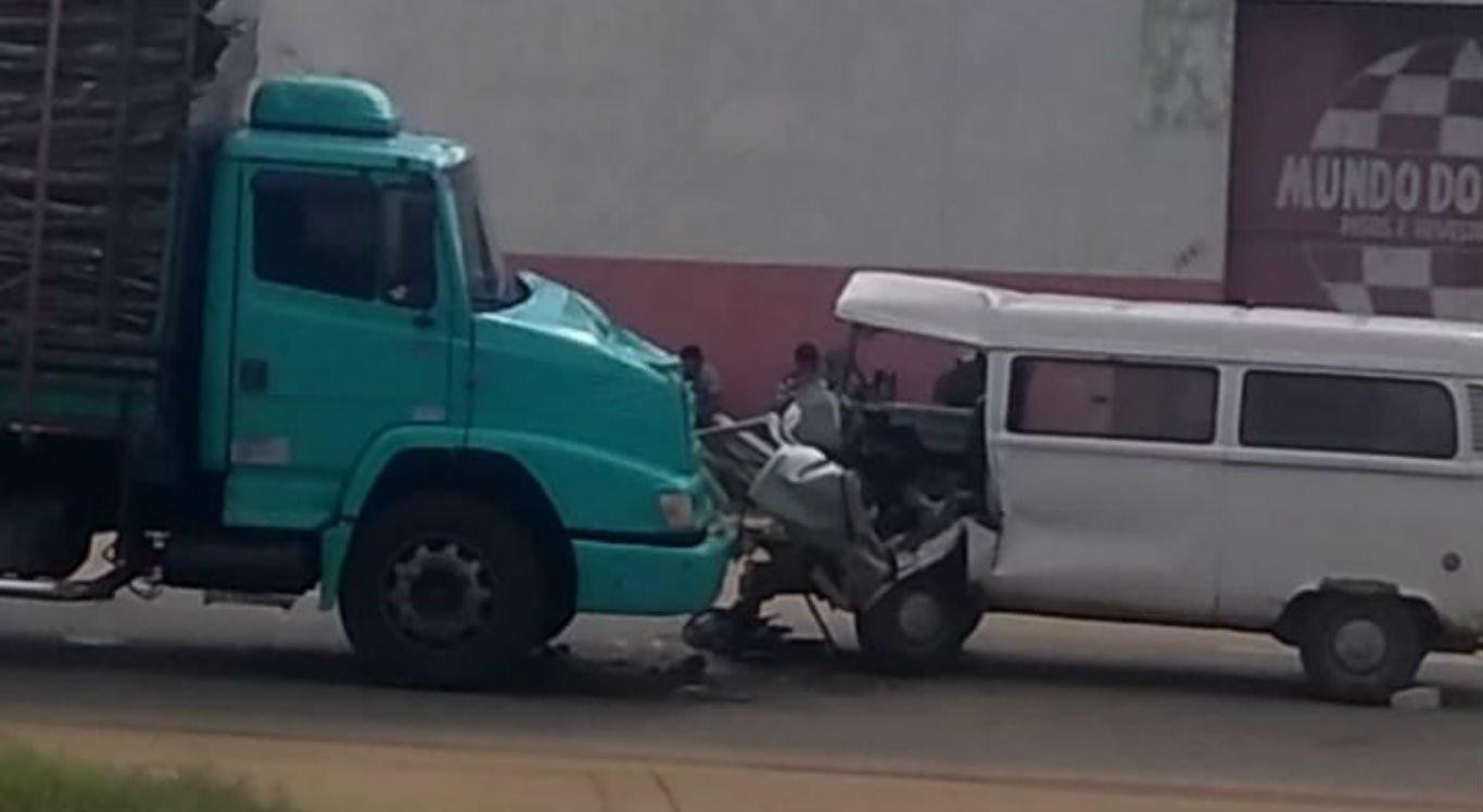 Acidente entre caminhão e kombi aconteceu na PE-50, em Limoeiro