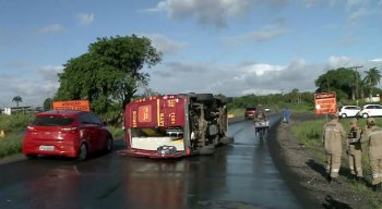 Uma ambulância de resgate do Corpo de Bombeiros tombou, na manhã desse domingo (9), no cruzamento entre as BRs 101 e 232, no bairro do Curado, na Zona Oeste doRecife