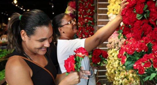 Apaixonados buscam presente ideal para o Dia dos Namorados no Recife
