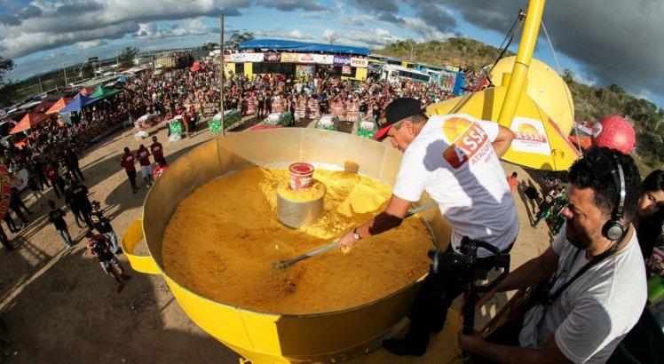Cuscuz gigante atraiu grande público ao Alto de Moura, em Caruaru