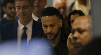 O jogador Neymar deixa a Delegacia de Repressão aos Crimes de Informática, no Rio de Janeiro, após depoimento