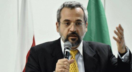 Ministro da Educação critica mural de Paulo Freire