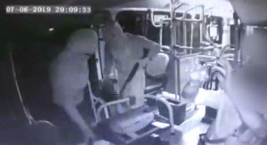 Vídeo mostra encapuzados assaltando ônibus com espingarda