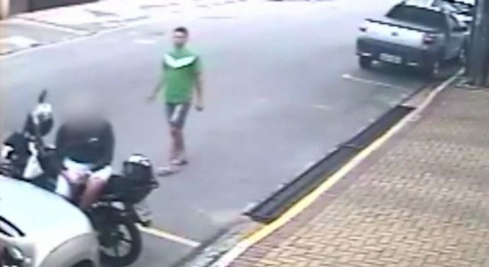 Câmera flagra assalto em plena luz do dia em Boa Viagem; veja vídeo