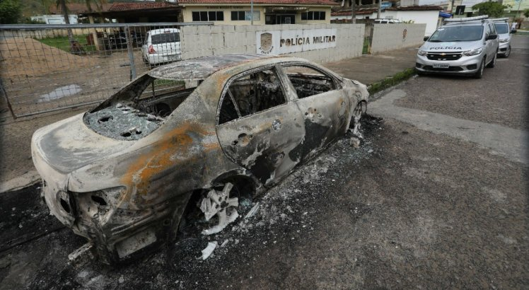 Veículo roubado foi incendiado em frente ao local