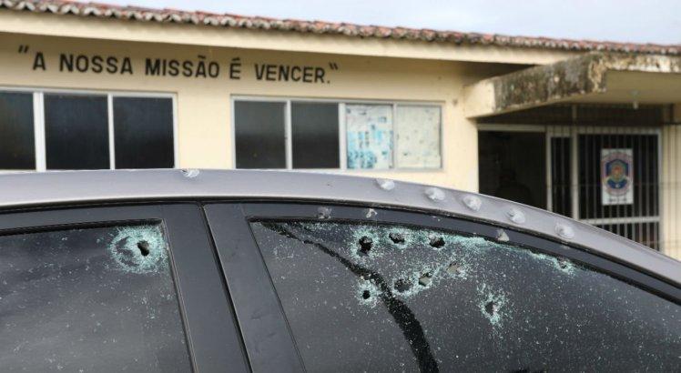 Carros foram alvejados por tiros em frente à sede da PM em Timbaúba