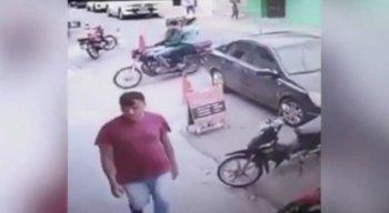 Nas imagens, criminosos derrubam uma mulher de uma moto e assaltam a vítima