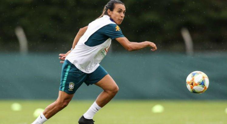 Marta participou de atividade de posse de bola e chutes a gol e de um coletivo