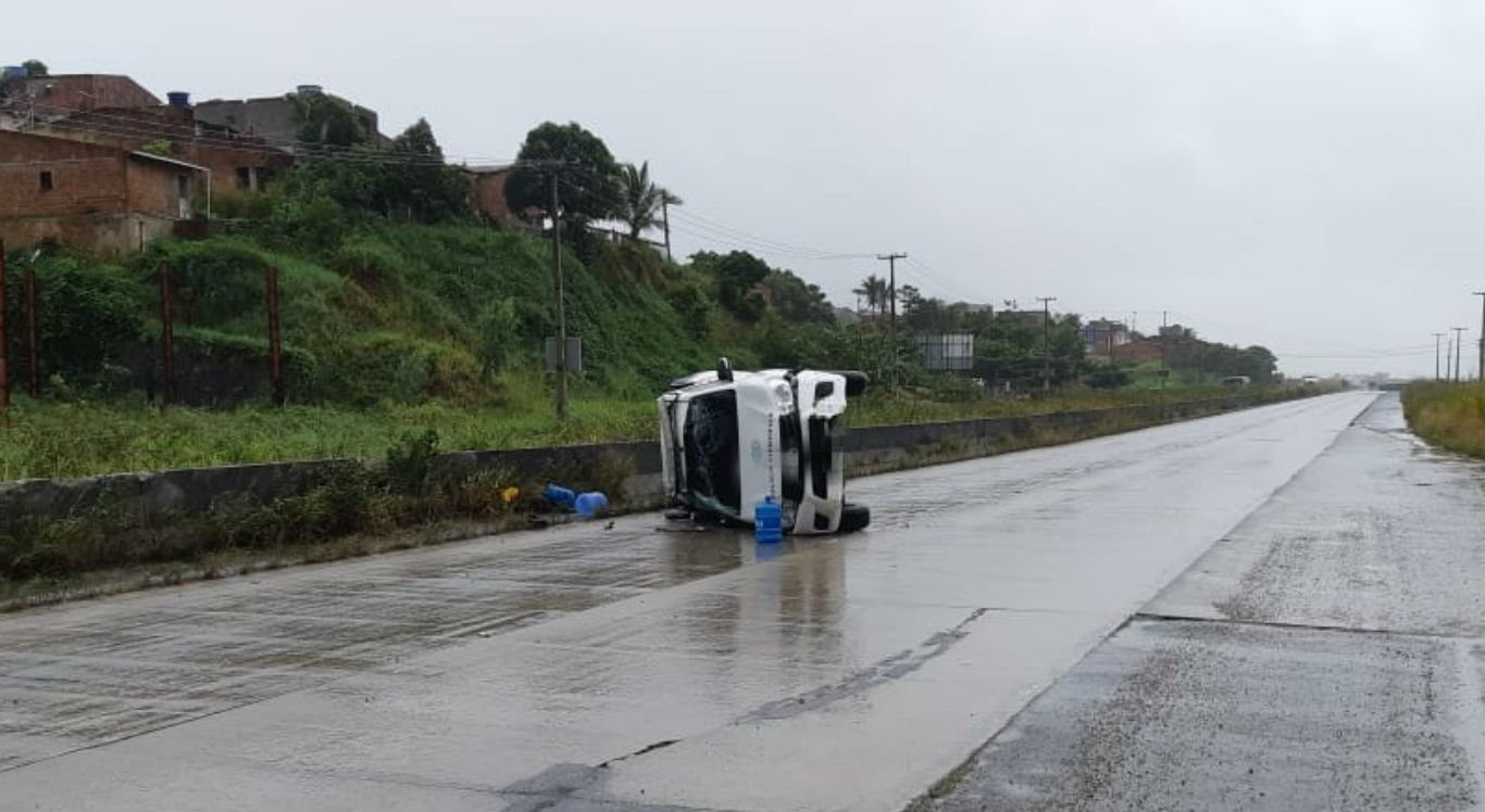 Viatura da Polícia Científica tombou na BR-232, em Vitória de Santo Antão