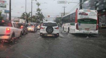 Trânsito na Avenida Antônio de Goes, Pina, Zona Sul do Recife