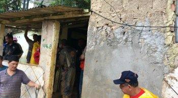 O Corpo de Bombeiros e a Defesa Civil de Camaragibe estão no local socorrendo as vítimas