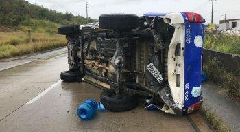 Quatro agentes estavam no veículo, mas nenhum teve ferimentos graves.