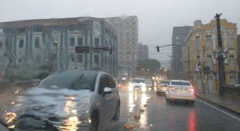 Manhã é de muita chuva no Recife e região metropolitana