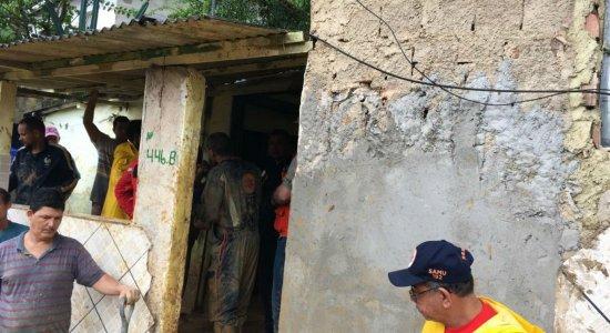 Deslizamento de barreira deixa vítimas em Camaragibe