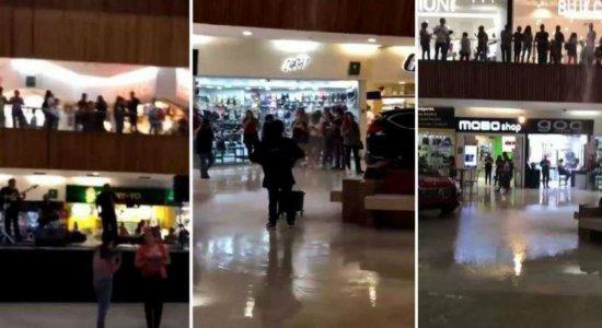 Com chuvas fortes, shopping alaga e músicos tocam tema de 'Titanic'