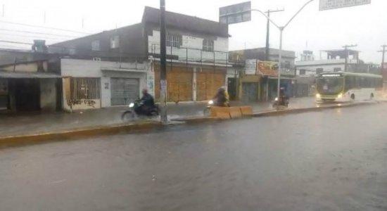 Confira os transtornos provocados pela chuva no Grande Recife